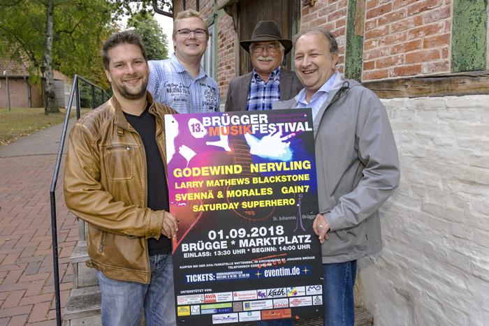 Torge Britschin (oben v.l.), Siegfried Glindemann und Dennis Brandau (unten v.l.) sowie Henry Knoop präsentieren das Brügger Musikfestival Plakat 2018. VORSTELLUNG DES FESTIVALPROGRAMMS DES BRÜGGER MUSIKFESTIVALS am 14.08.2018 in Brügge,Photo: Michael Slogsnat.