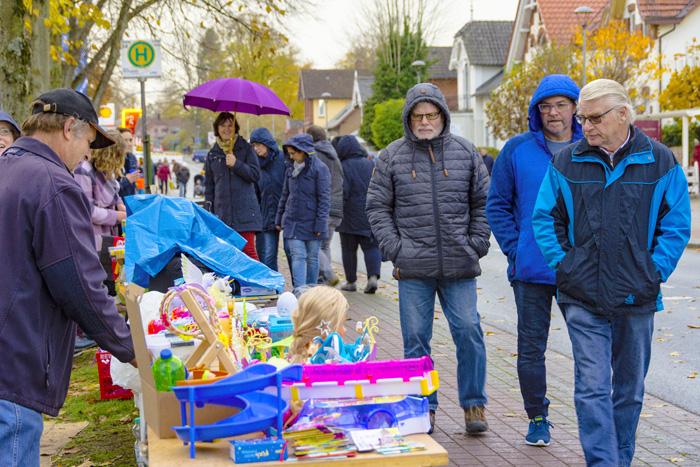 Mehrere Tausend Menschen besuchten den Verkaufsoffenen Sonntag in Bordesholm trotz dunkler Wolken und gelegentlichen Regen. Für Kinder wurde einiges geboten. Wie zum Beispiel das Riesen Fußball Dart Spiel.; VERKAUFSOFFENER SONNTAG IN BORDESHOLM am 11.11.2018 in Bordesholm,(Am Markt 5),Einkaufsstraße,Photo: Michael Slogsnat, Bordesholm.