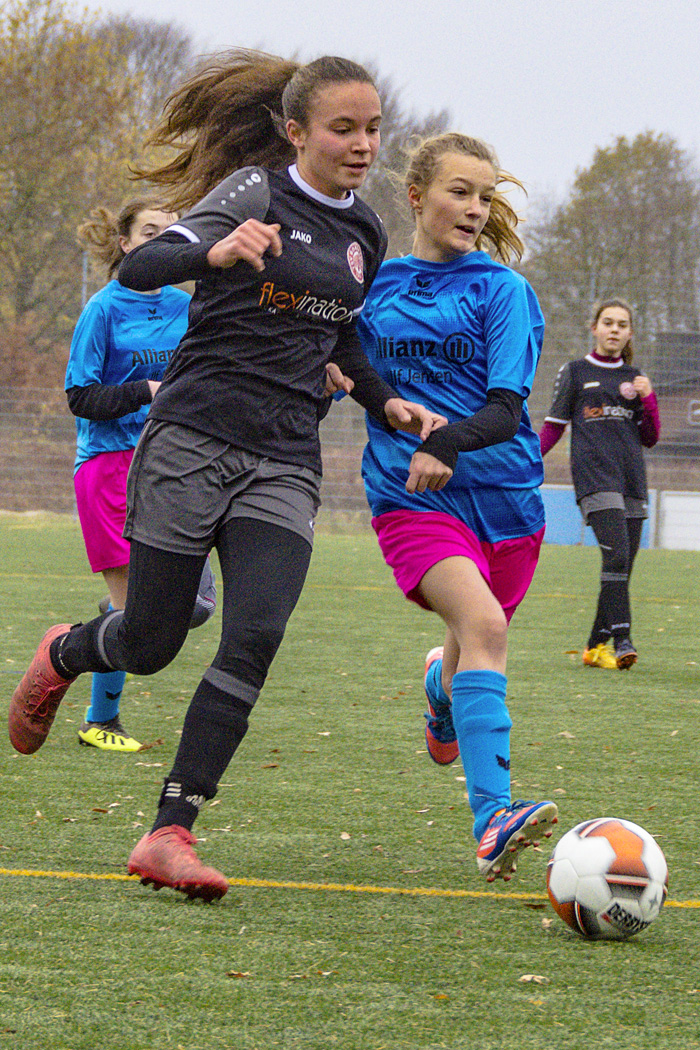 ; FUSSBALL C-MÄDCHEN vs TSV RUNDHOF-ESGRUS am 24.11.2018 in Bordesholm,(Möhlenkamp 26),Sportanlage Möhlenkamp,Photo: Michael Slogsnat, Bordesholm.