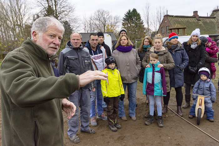 Mühbrooker Bürgermeister Wulf Klüver (links) eröffnet die norddeutschlandweit einmalige Asphalt Pumptrack Anlage; Einweihung Pumptrack in Mühbrook am 27.11.2018 in Mühbrook,(Bordesholmer Weg),,Photo: Michael Slogsnat, Bordesholm.