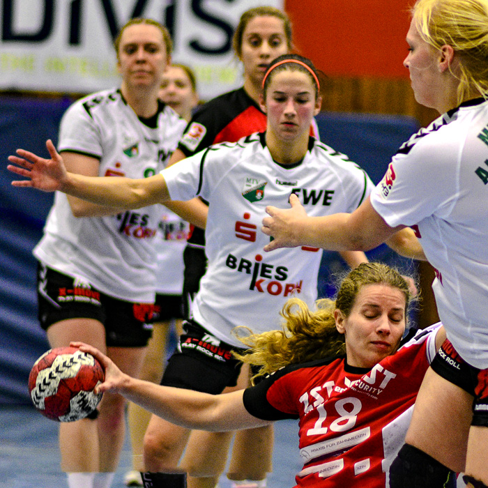 ; HANDBALL 3.BUNDSLIGA_TSV WATTENBEK - MTV 1860 ALTLANDSBERG am 08.12.2018 in Bordesholm,(Langenheisch 27–29),Hans-Brüggemann-Schule,Photo: Michael Slogsnat, Bordesholm.