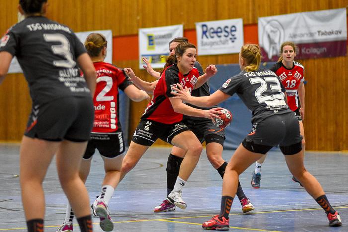 RŸckraumspielerin Hannah Pauli (TSV Wattenbek #33) tŠnzelte die Abwehr des TSG Wismar aus. TSV Wattenbek - TSG Wismar (3.Liga) am 17.02.2019 in Bordesholm,(Langenheisch 27Ð29),,Photo: Michael Slogsnat, Bordesholm.