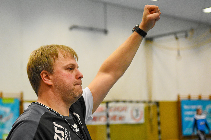 Trainer Andreas Juhra (TSV Wattenbek) zeigt die Siegerfaust. TSV Wattenbek - TSG Wismar (3.Liga) am 17.02.2019 in Bordesholm,(Langenheisch 27Ð29),,Photo: Michael Slogsnat, Bordesholm.