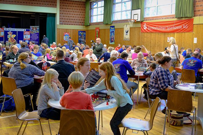 Über 150 spielfreudige Besucher nahmen an dem 5. Wattenbeker Familienspieltag teil. 5. WATTENBEKER FAMILIENSPIELETAG  am 10.03.2019 in Bordesholm, Schulstrasse 6-8, Lindenschule, Photo: Michael Slogsnat, Bordesholm.