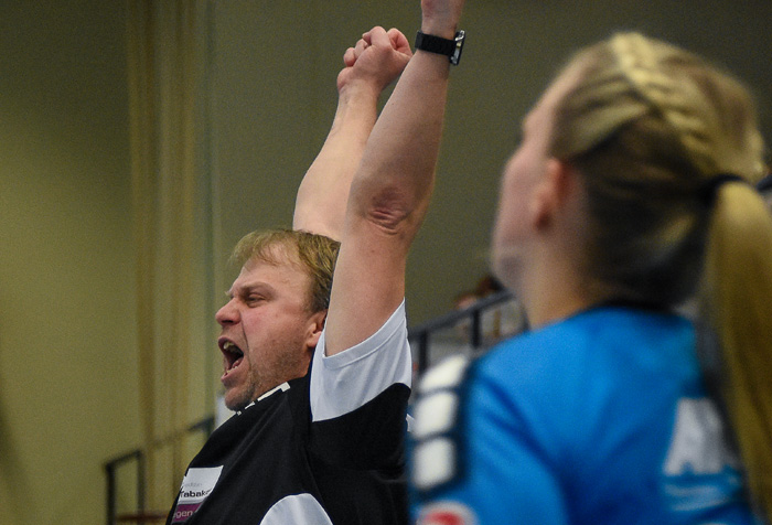 Trainer Andreas Juhra (TSV Wattenbek) reagiert auf eine gelungene Aktion seiner Mannschaft. TSV WATTENBEK - HSG J…RL DE VI…L am 17.03.2019 in Bordesholm, Langenheisch 27Ð29, Hans-BrŸggemann-Schule, Photo: Michael Slogsnat, Bordesholm.