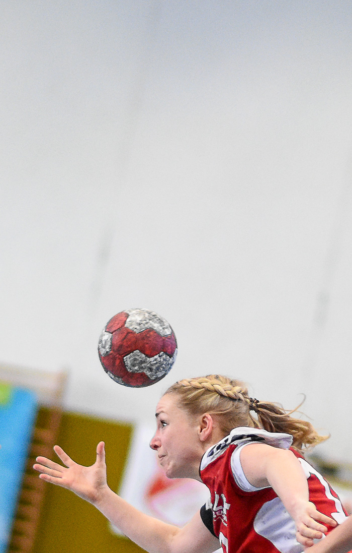 RŸückraumspielerin Anne Zellmer (TSV Wattenbek #10) hatte einige Trix auf Lager. TSV WATTENBEK - HG OWSCHLAG-KROPP-TETENHUSEN am 31.03.2019 in Bordesholm, Langenheisch 27Ð29, Hans-BrŸggemann-Schule, Photo: Michael Slogsnat, Bordesholm.