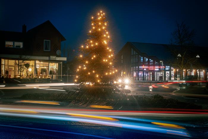 Zwei Tage vor dem Lock Down sind viele Bürger noch schnell mal einkaufen und produzieren eine Menge Verkehr in Bordesholm. Weihnachtsbaum auf der Verkehrsinsel am 14.12.2020 in Bordesholm, Bahnhofstrasse, Kreisverkehr, Photo: Michael Slogsnat, Bordesholm.
