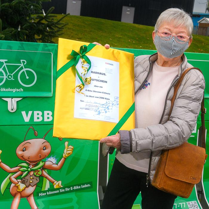 Gisela Bartusch gewinnt den diesjährigen Hauptgewinn, ein E-Bike im Wert von 2.599 Euro. VBB_ Gisela Bartusch gewinnt den Hauptgewinn am 15.12.2020 in Bordesholm, Bahnhofstraße 13, Versorgungsbetriebe Bordesholm GmbH, Photo: Michael Slogsnat, Bordesholm.