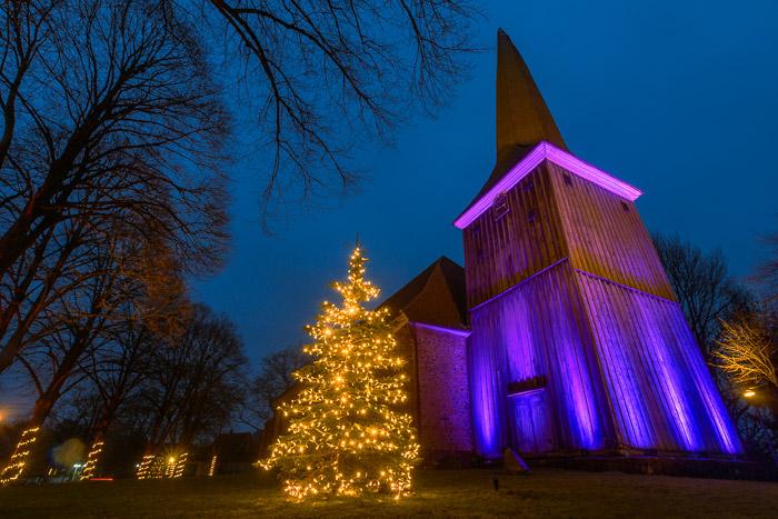 Weihnachtsbeleuchtung der Kirche St. Johannis Kirche am 15.12.2020 in Brügge, Dorfstraße 8, Kirche St. Johannis, Photo: Michael Slogsnat, Bordesholm.