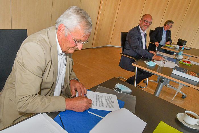 . Chronik für Bordesholm-Vertragsunterzeichnung am 01.07.2021 in Bordesholm, Mühlenstraße 7, Bordesholmer Rathaus, Photo: Michael Slogsnat, Bordesholm.
